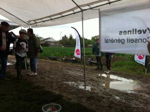 Nos trois montures en pleine boue après la course